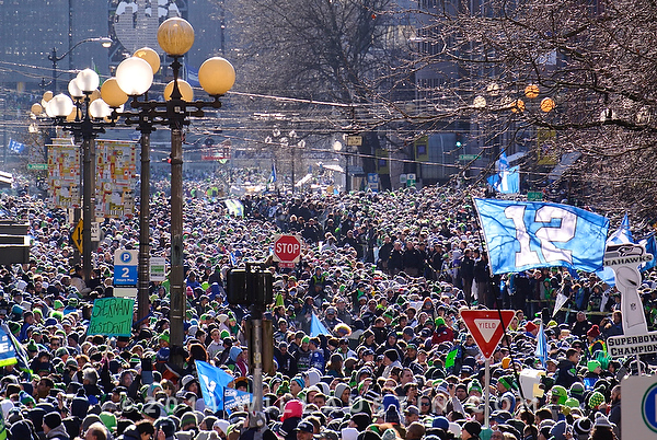 Thousands Seahawks fans amass along the parade route.